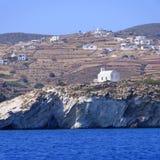 Kyrka och by på den grekiska ön Royaltyfri Fotografi