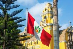 Kyrka och peruansk flagga Royaltyfri Fotografi