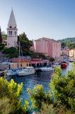 Kyrka och port på Veli Losinj Arkivbild
