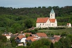 Kyrka och by Schiltern i lägre Österrike arkivbilder