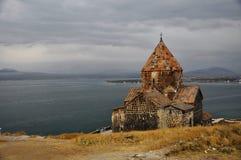Kyrka och Sevan sjö i Armenien Arkivfoto