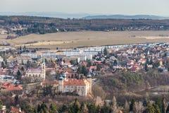 Kyrka och slott - Mnisek fröskida Brdy, Tjeckien Arkivfoto