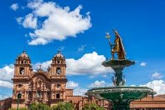 Kyrka och springbrunn i Cusco, Peru royaltyfri fotografi