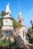 Kyrka och staty i Santiago Fotografering för Bildbyråer