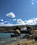 Kyrka och strand Arkivfoto