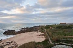 Kyrka och strand med gångbanan arkivfoto