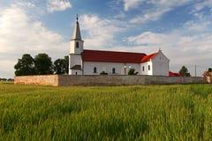Kyrka- och vetefält i Slovakien Royaltyfri Bild