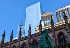 Kyrka och WTC i New York Royaltyfri Foto