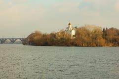 Kyrka på ön av Dnieperen arkivfoto