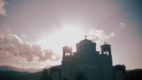 Kyrka på ön av Kreta Kyrklig kontur Moln svävar Solnedgång agios crete greece nikolaos stock video