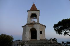 Kyrka på överkanten av kullen Royaltyfria Bilder