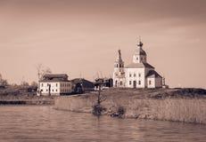 Kyrka på banken av den Kamenka floden Arkivbild