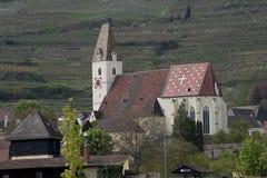 Kyrka på banken av Donauen Royaltyfri Fotografi