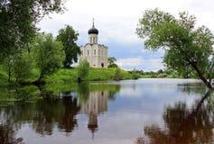Kyrka på banken av floden Arkivbilder