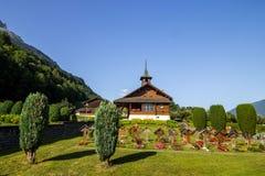 Kyrka på Brienzer sjön i Schweiz i fjällängar Royaltyfri Bild