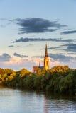 Kyrka på den huvudsakliga floden royaltyfri foto