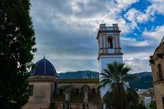 Kyrka på Denia med himmel fotografering för bildbyråer