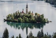 Kyrka på en ö på sjön Arkivbilder