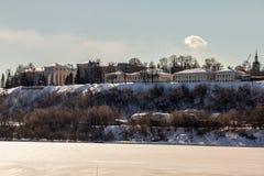 Kyrka på flodbanken Royaltyfri Fotografi