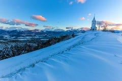 Kyrka på gryning i vinter Arkivfoto