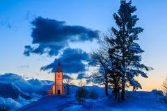 Kyrka på gryning i vinter Royaltyfria Foton