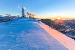 Kyrka på gryning i vinter Arkivbilder