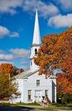 Kyrka på hösten arkivbild