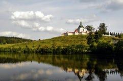 Kyrka på kullen i Bohemia Royaltyfri Fotografi
