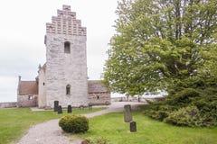 Kyrka på kust av Stevns Klint - Danmark, Europa royaltyfria bilder