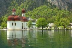 Kyrka på lakesiden Royaltyfri Foto