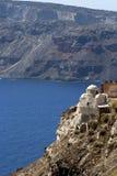 Kyrka på rockkant i Santorini Fotografering för Bildbyråer