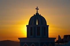 Kyrka på solnedgången i Firostefani royaltyfri foto