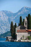 Kyrka på vattenstaden av Perast Royaltyfri Foto