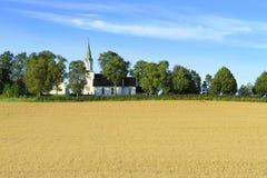 Kyrka på vetefält Royaltyfria Foton