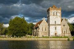 Kyrka på flodThemsen, England Royaltyfri Foto