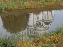 Kyrka reflekterad i vattnet Royaltyfria Bilder