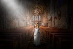 Kyrka religion, kristen, kristendomen, klosterbroder, flicka royaltyfri bild