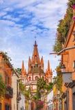 Kyrka San Miguel de Allende Mexico för Aldama gataParroquia ärkeängel royaltyfria foton