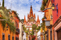 Kyrka San Miguel de Allende Mexico för Aldama gataParroquia ärkeängel Arkivfoton