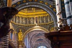 Kyrka Siena Italy för basilikaMary Statue Saints Golden Dome domkyrka arkivfoto
