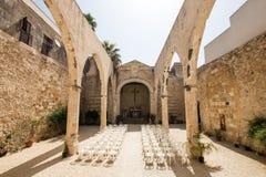 Kyrka som är utan tak för bröllop med vita stolar Arkivfoton