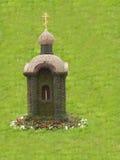 Kyrka som göras av ett grönt gräs Arkivbild