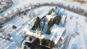 Kyrka som ses från över, snö royaltyfri foto