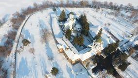 Kyrka som ses från över, snö arkivfoto