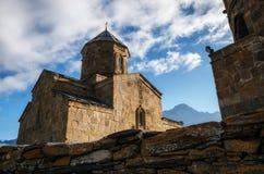 Kyrka Tsminda Sameba Gergeti för helig Treenighet, Georgia royaltyfria foton