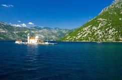 Kyrka vår dam av Rocks på ön i den Boka Kotor fjärden, Montenegro royaltyfri fotografi