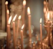 Kyrka Vaxstearinljus Tända stearinljus i kyrkan royaltyfri foto
