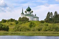 Kyrka vid floden Arkivbild