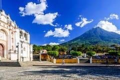 Kyrka & vulkan nära Antigua, Guatemala Royaltyfria Foton
