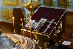 Kyrkaattribut kyrklig interior Kyrkastearinljus och det gudomliga altaret royaltyfria bilder